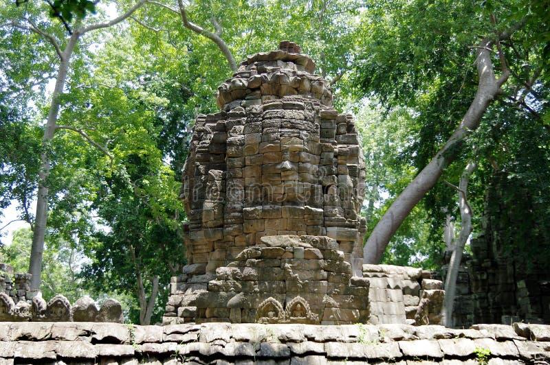 Fronte-torri enigmatiche (sorriso di Bayon) del tempio di Banteay Chhmar fotografia stock