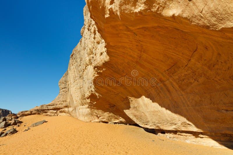 Fronte voluminoso della roccia nel deserto di Sahara immagine stock