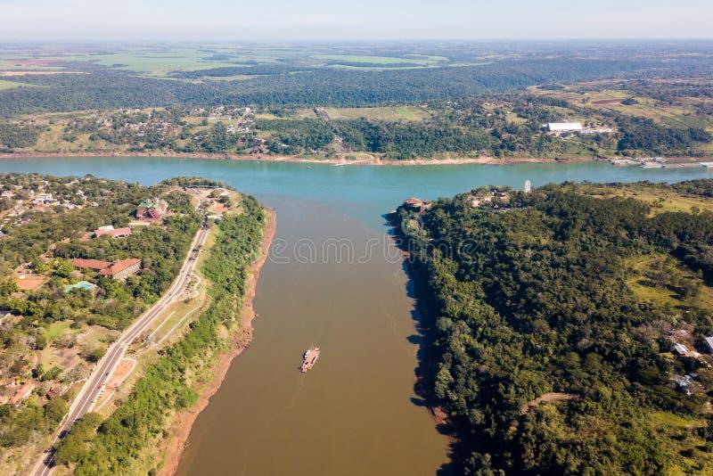 Fronteira tripla, junção da tri beira de Paraguai, Argentina e Brasil Afluência dos rios de Iguazu e de Parana Foto aérea do zang foto de stock royalty free