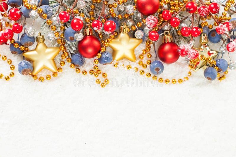 Frontera adornada colorida brillante del fondo de la Navidad en blanco Composición del invierno de Navidad con la ramita verde de fotografía de archivo libre de regalías