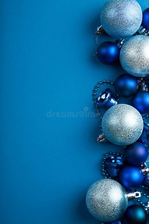Frontera azul de las bolas de la Navidad foto de archivo libre de regalías