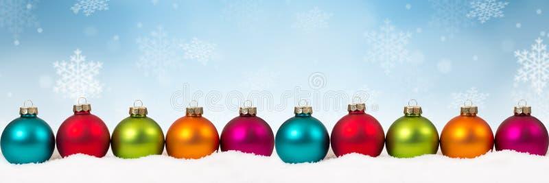 Frontera colorida d de la bandera del fondo de muchas de la Navidad chucherías de las bolas foto de archivo libre de regalías