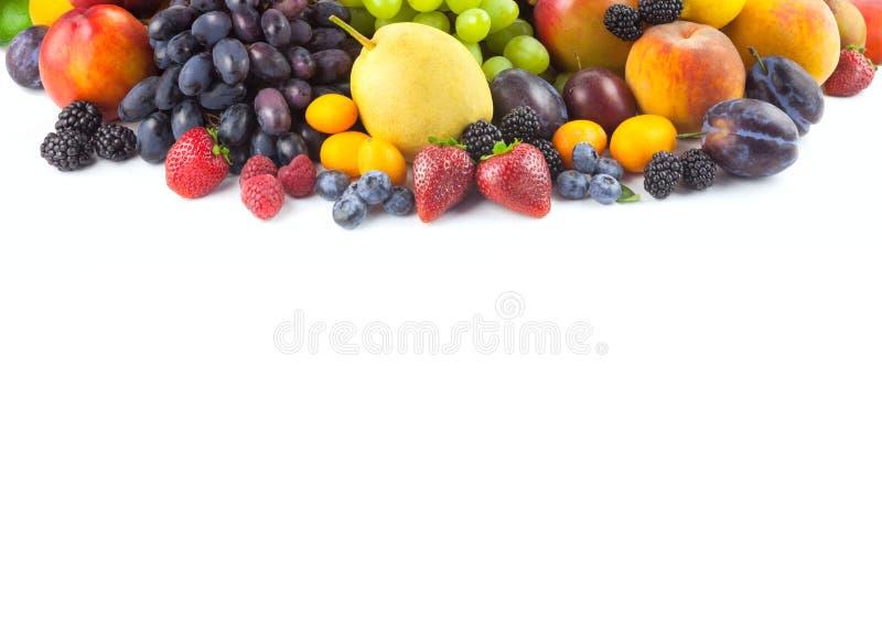 Frontera de diversas frutas aisladas en blanco imagen de archivo libre de regalías