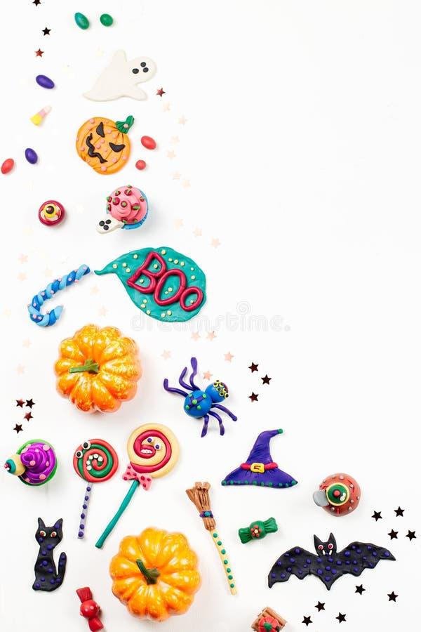Frontera de Halloween con las decoraciones Gato negro, palos, brujas sombrero y palo de escoba con las calabazas anaranjadas Visi foto de archivo