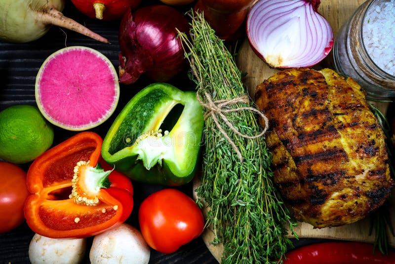 Frontera de la carne asada a la parrilla con las especias y las verduras en la tabla rústica con el fondo de la comida menú del t imágenes de archivo libres de regalías