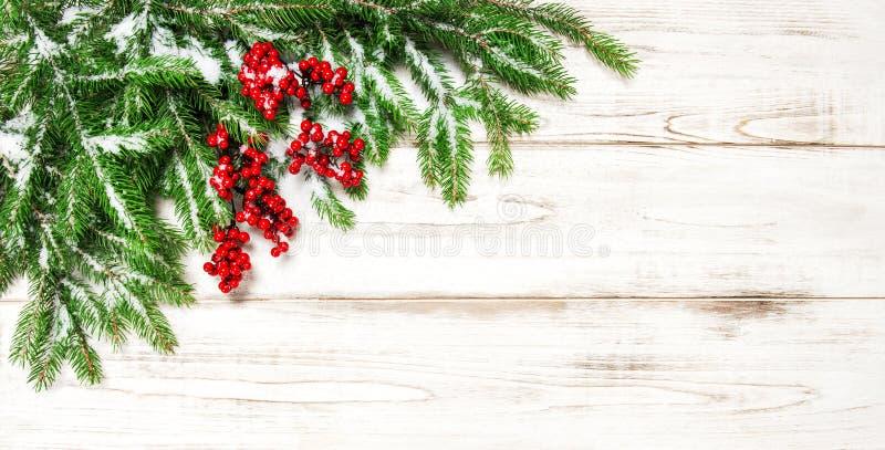 Frontera de la decoración de la Navidad Rama de árbol de abeto con las bayas rojas foto de archivo