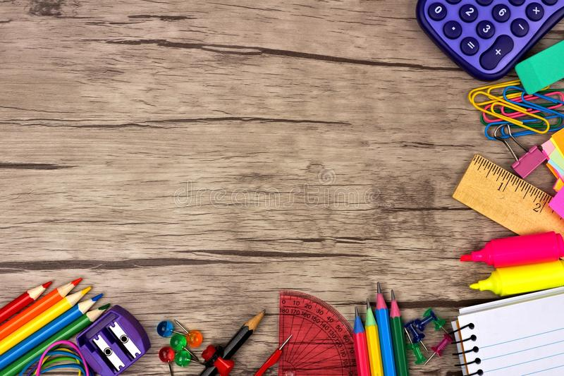 Frontera de la esquina de las fuentes de escuela contra la madera imagen de archivo libre de regalías