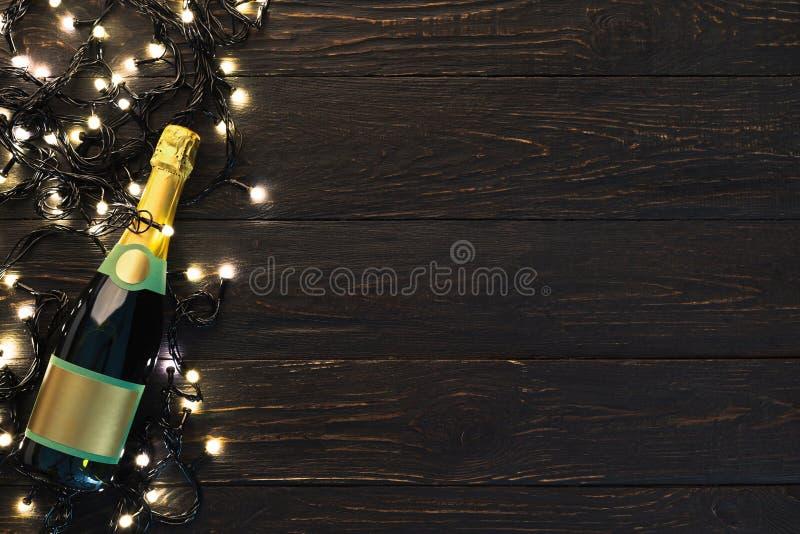 Frontera de la Navidad de la botella y de la guirnalda del champán fotografía de archivo libre de regalías