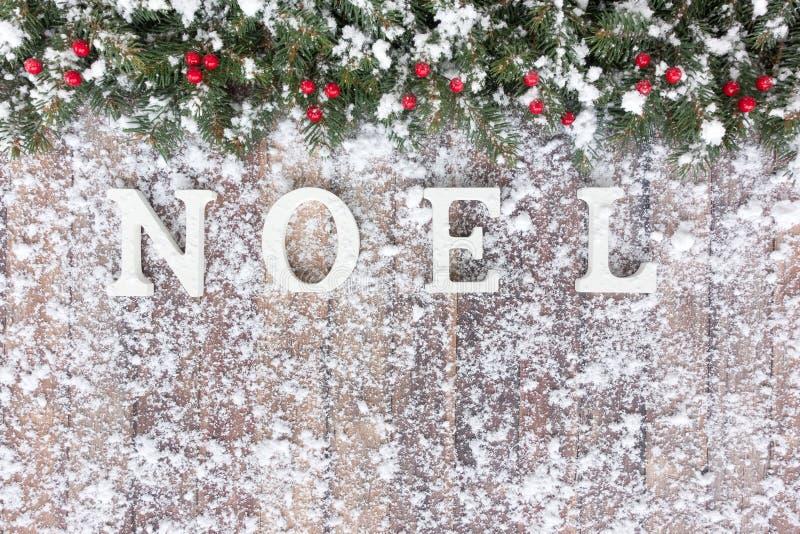 Frontera de la Navidad con el abeto nevado y las bayas rojas imágenes de archivo libres de regalías