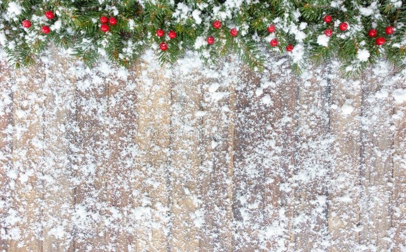 Frontera de la Navidad con el abeto nevado y las bayas rojas fotografía de archivo libre de regalías