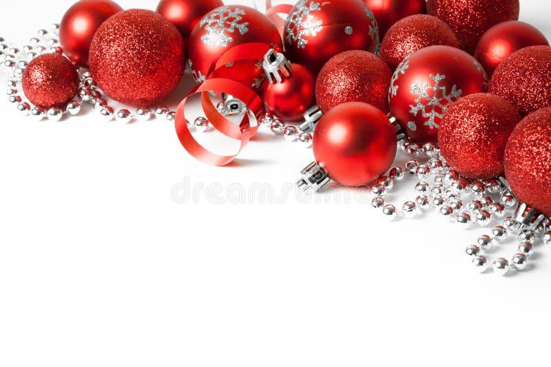 Frontera de la Navidad con el ornamento rojo fotos de archivo