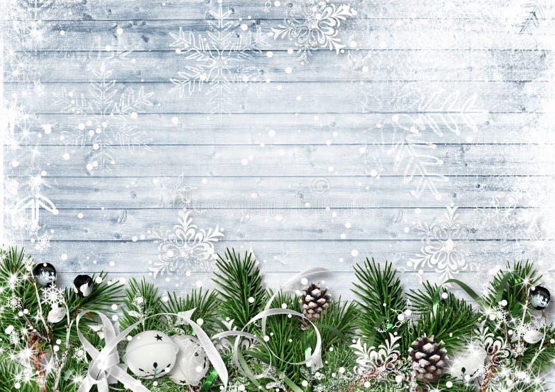 Frontera de la Navidad con las ramas, los cascabeles y las nevadas del abeto g imagen de archivo