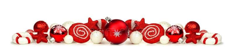Frontera de la Navidad de ornamentos rojos y blancos y de la decoración aislados fotos de archivo