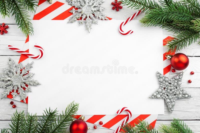 Frontera de la Navidad - ramas de árbol con las bolas, el caramelo y la estrella imagen de archivo libre de regalías