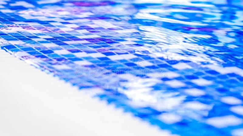 Frontera de la piscina interior con las tejas azules y blancas del mosaico fotos de archivo