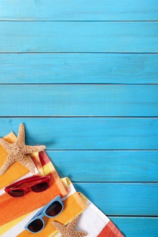 Frontera de la playa del verano, fondo de madera azul del decking, espacio de la copia, vertical fotos de archivo