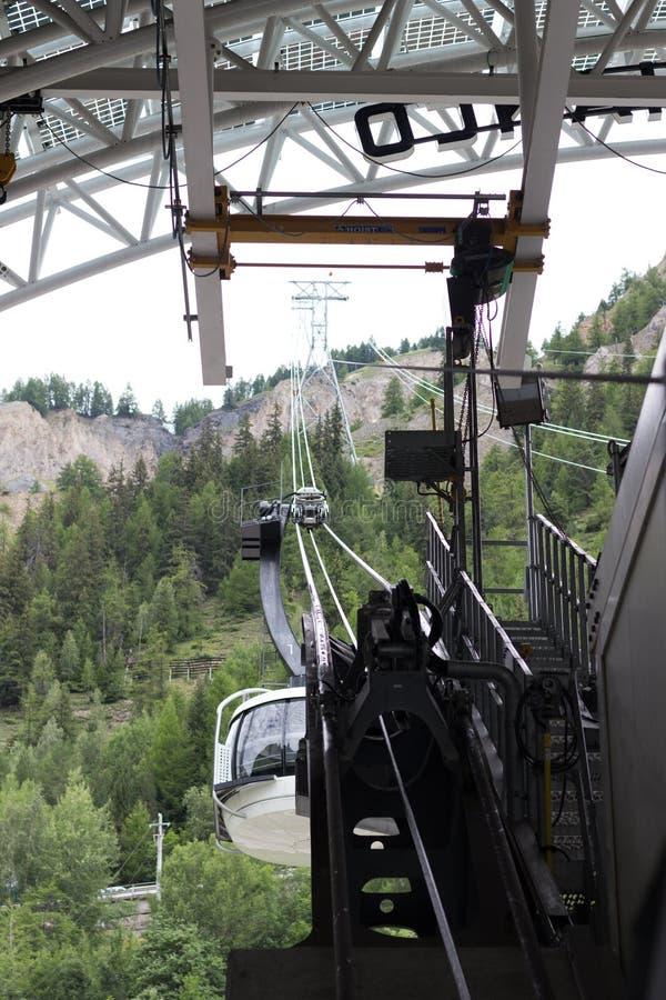 Frontera de las montañas, Francia-Italia, el 29 de julio de 2017 - teleférico de Skyway imagen de archivo libre de regalías