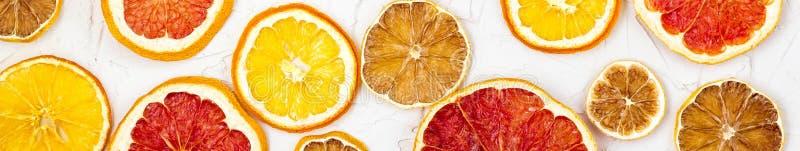Frontera de las rebanadas secadas de diversos agrios en el fondo blanco Pomelo anaranjado del lim?n con el copyspace imágenes de archivo libres de regalías