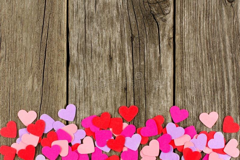 Frontera de papel de la parte inferior del corazón del día de tarjetas del día de San Valentín en la madera rústica imagen de archivo