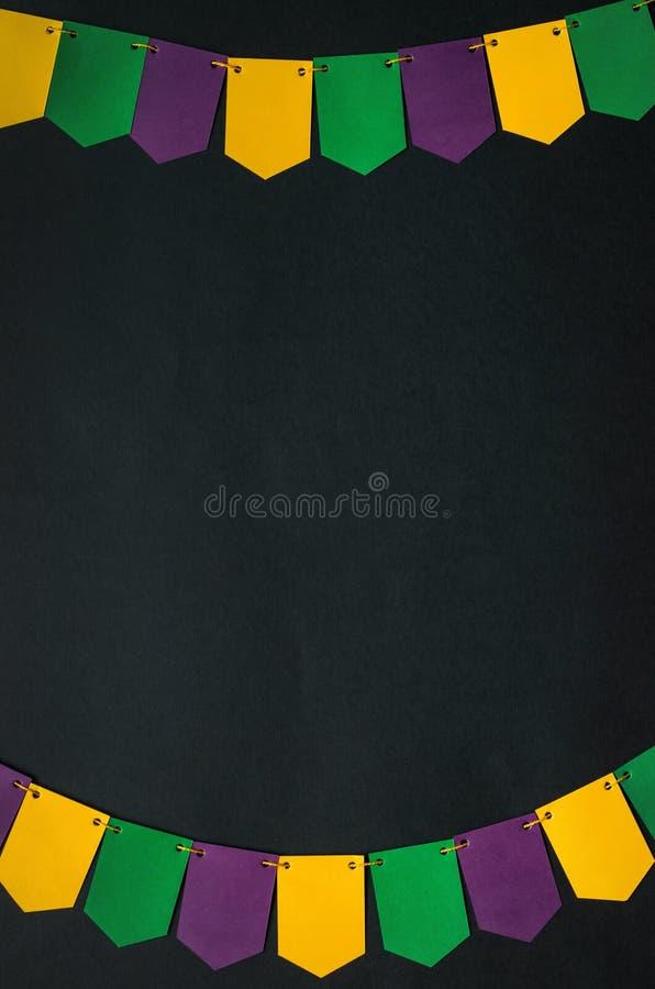 Frontera de papel hecha a mano de la guirnalda de las banderas, fondo negro Postal vertical viva de Mardi Gras, tarjeta de felici fotos de archivo