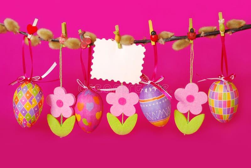Frontera de Pascua con los huevos colgantes fotografía de archivo libre de regalías