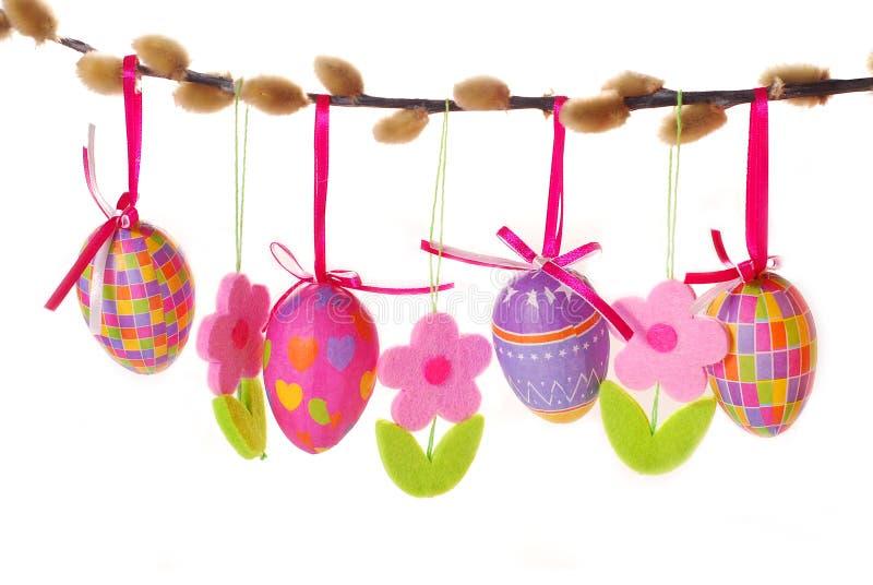 Frontera de Pascua con los huevos colgantes foto de archivo