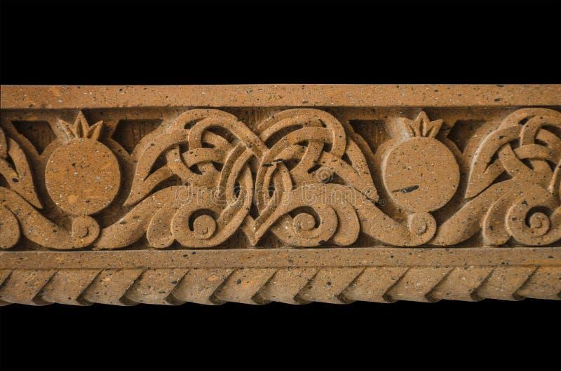 Frontera del alivio con un modelo de hojas y de granadas curvadas, en letras de piedra talladas en la iglesia de St Mesrop Mashto fotografía de archivo libre de regalías
