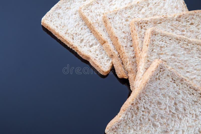 Frontera del pan del trigo integral de la rebanada imagen de archivo libre de regalías