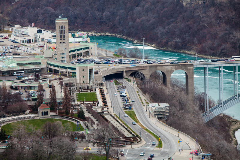 Frontera Estados Unidos y Canadá, Niagara Falls de la frontera Silueta del hombre de negocios Cowering fotos de archivo