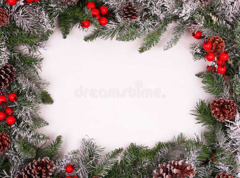 Frontera, marco de ramas de árbol de navidad con los conos del pino fotos de archivo
