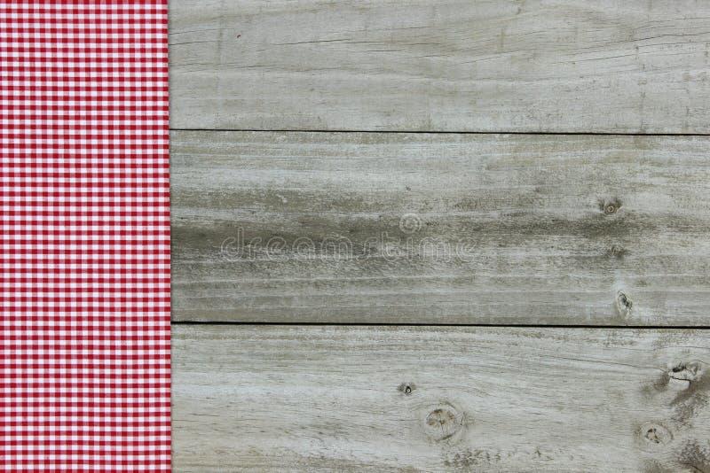 Frontera roja de la guinga en el fondo de madera imagen de archivo