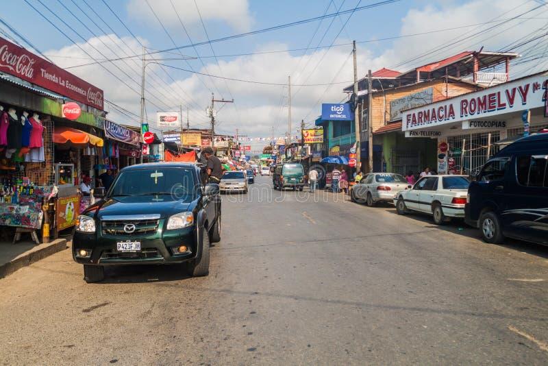 FRONTERAS, GUATEMALA - 11 MARZO 2016: Traffico sulla strada principale nella città di Fronteras, Guatema fotografia stock