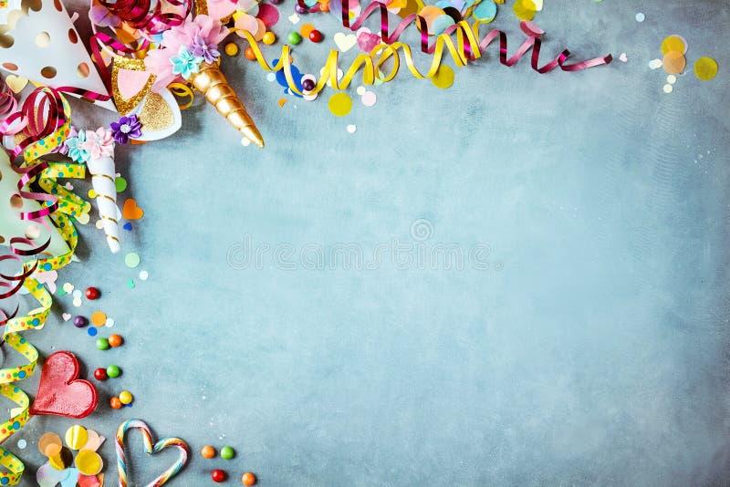 Frontière colorée de carnaval de licorne au-dessus d'un fond bleu photos libres de droits