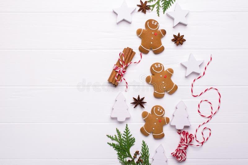 Frontière décorative de Noël faite d'éléments de fête Bonhomme en pain d'épice de sourire, décorations blanches de Noël, branches image libre de droits