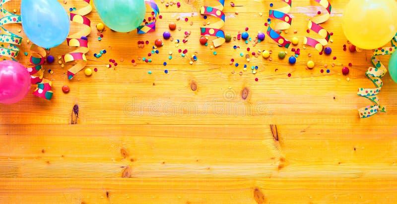 Frontière de fond de carnaval ou de partie sur le bois photographie stock libre de droits