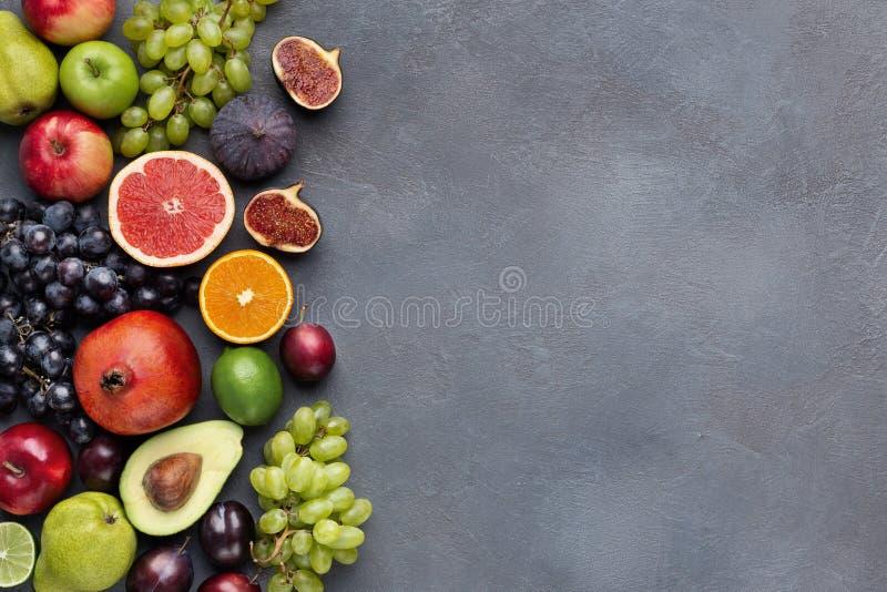 Frontière de fruits frais sur la vue supérieure de fond gris photographie stock