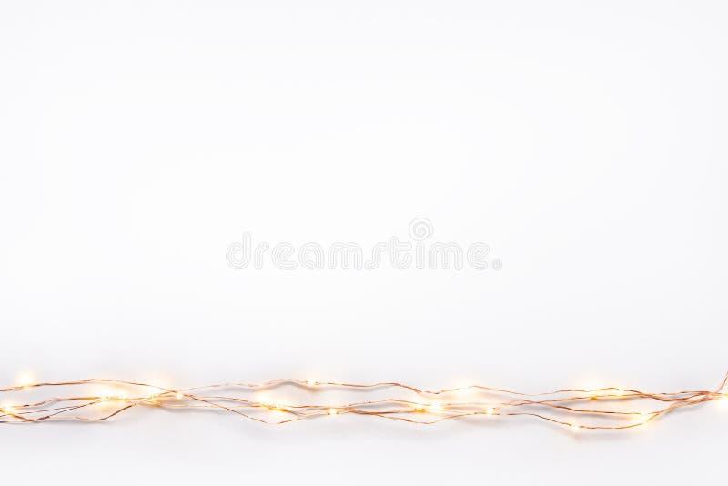 Frontière de guirlande de lumières de Noël au-dessus du fond blanc Configuration plate, l'espace de copie photo libre de droits