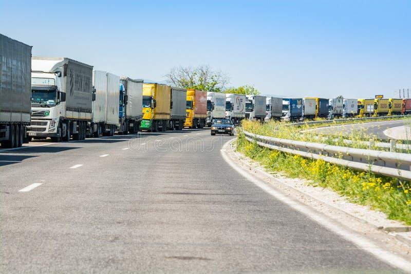 Frontière de la Bulgare-Turquie, Bulgarie - 1er mai 2017 Camions attendant sur la ligne de frontière en Turquie image stock