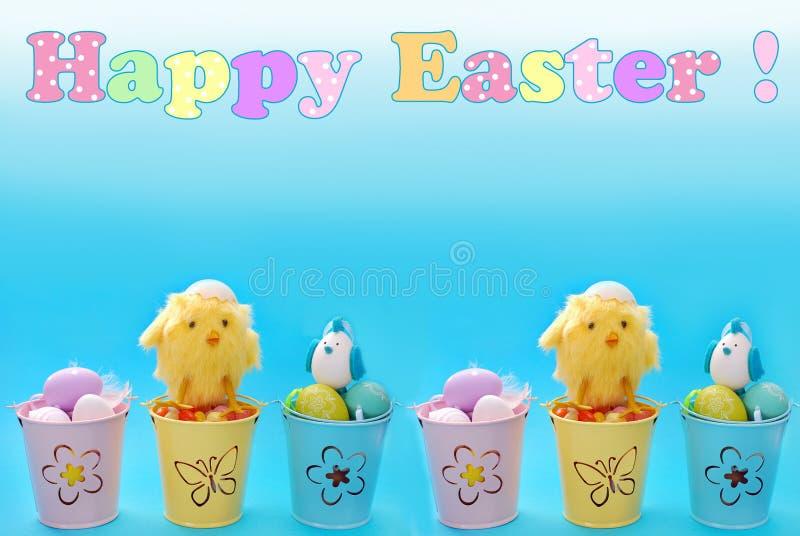 Frontière de Pâques avec des oeufs dans des seaux de couleur en pastel et le tex de salutation photo stock