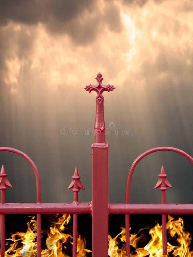 Frontière de sécurité avec la croix, le ciel et l'enfer photographie stock