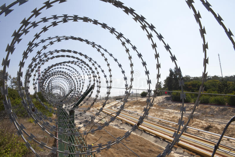 Frontière de sécurité avec un barbelé photographie stock libre de droits