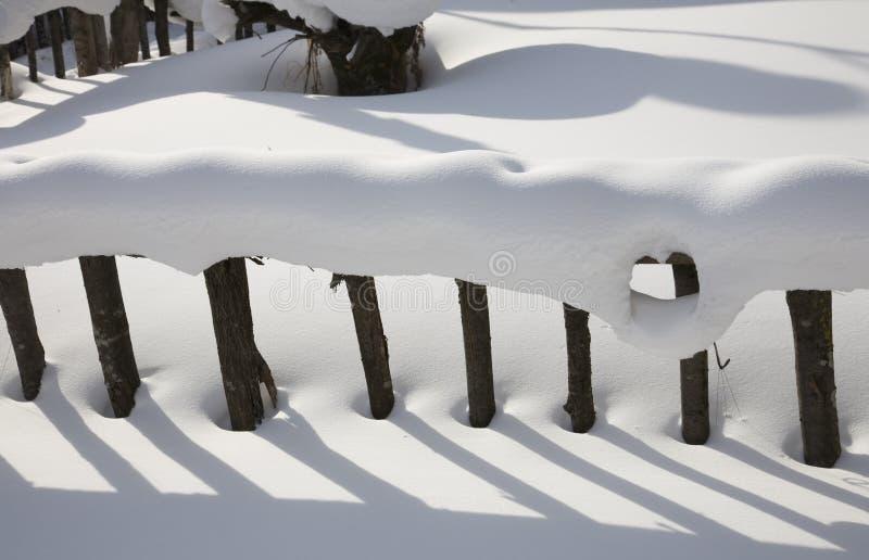 Frontière de sécurité couronnée de neige et ombre photo libre de droits