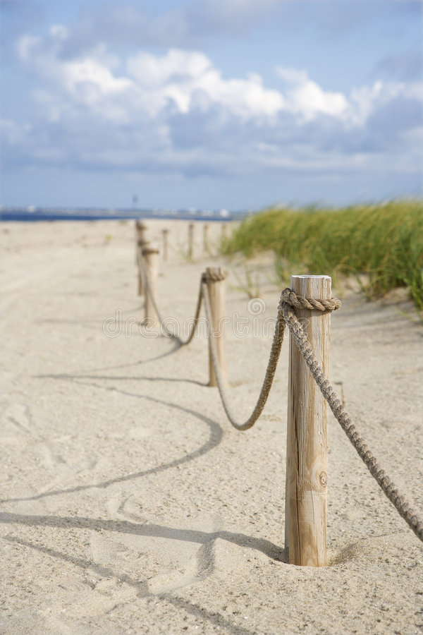 Frontière de sécurité de corde sur la plage. image stock