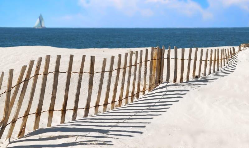 Frontière de sécurité de dune de sable au bord de la mer image libre de droits