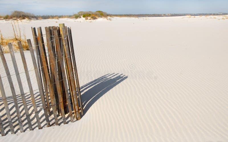Frontière de sécurité de dune de sable par le sable ondulé images libres de droits