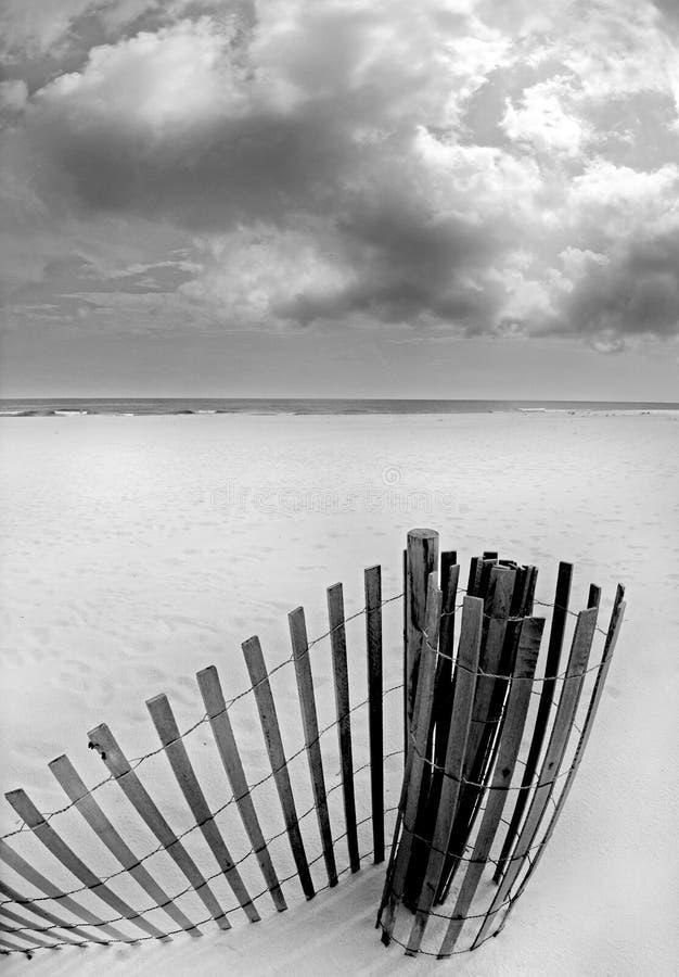 Frontière de sécurité de dune de sable sur la plage photos libres de droits
