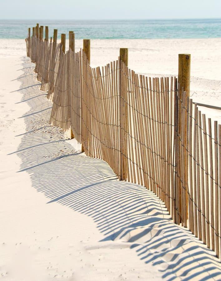 Frontière de sécurité de dune sur la plage photographie stock