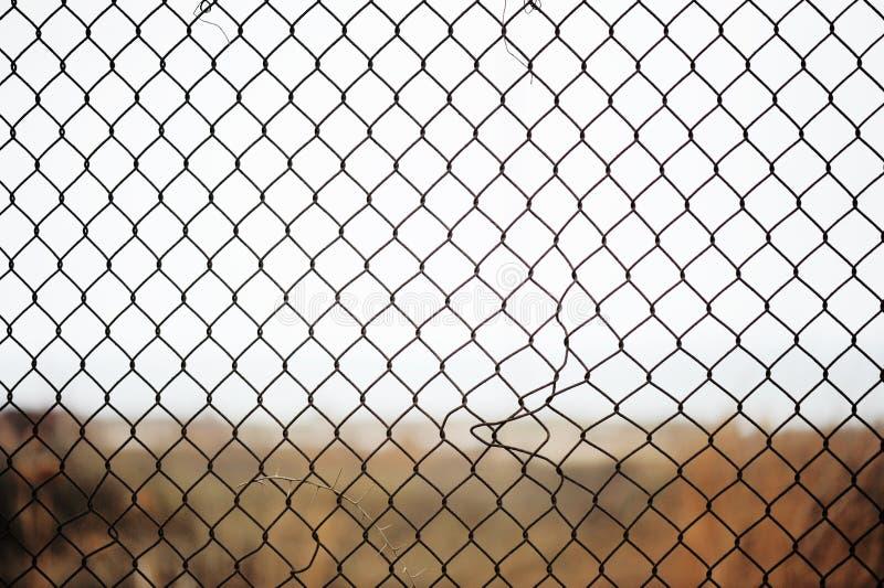 Frontière de sécurité de fil cassée de fer photographie stock