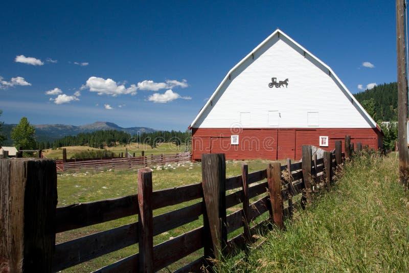 Frontière de sécurité de grange et en bois photographie stock