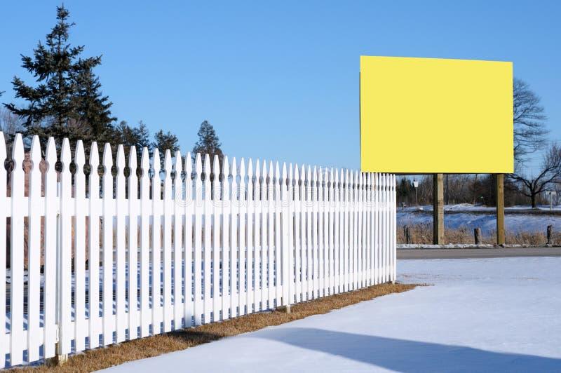 Frontière de sécurité de piquet blanche et un panneau-réclame photographie stock libre de droits